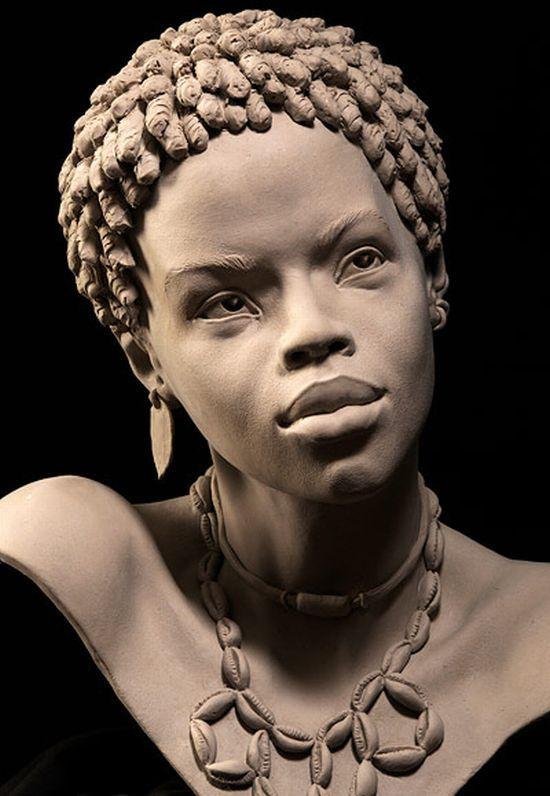 busto de una joven con rasgos africanos materiales piedra colores marrones y grisaceos