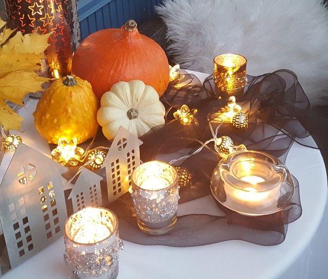 Erilaiset valot ja lyhdyt tuovat valoa pimeneviin iltoihin. #parveke #kausivalot #kynttilät #lyhdyt #halloween