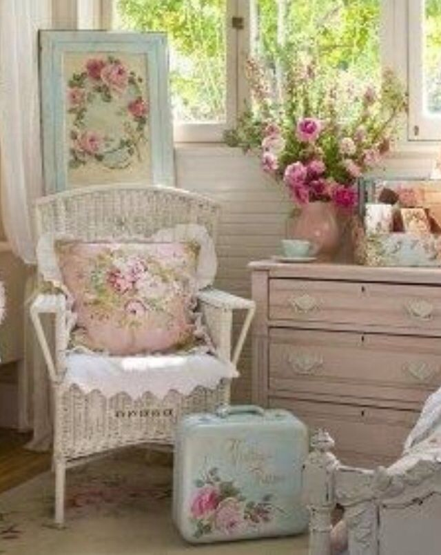 Love the painted suitcase door panel shabby chic decor habitaciones shabby chic - Habitaciones shabby chic ...