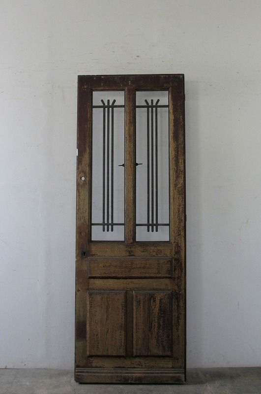 Antique Door With Simple Ironworks シンプルなアイアン飾りの