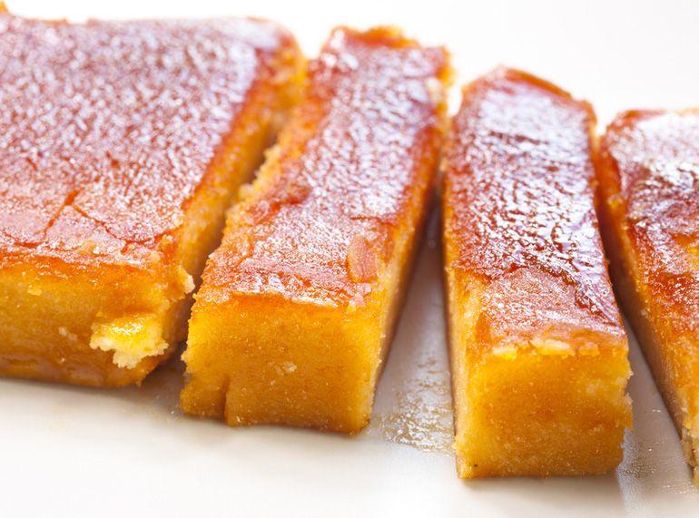En un bol poner las yemas y las almendras molidas y mezclar. En un cazo añadir el azúcar, la ralladura del medio limón y la canela y llevar al fuego, mientras se remueve, hasta que se haga un almíbar. Añadir ahora la mezcla anterior de yemas y almendra y seguir removiendo hasta que quede una textura pegajosa. Retirar del fuego y verter en un molde rectangular de silicona. Dejar enfriar, desmoldar, quemar con una plancha de cocina y servir.