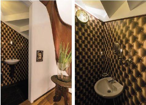 En el baño social, donde se destaca el original papel de colgadura con diseño abullonado, los accesorios de aire retro recuerda la época en que se construyó la casa y alude el estilo Tudor que hizo furor en la Bogotá de los años 40.