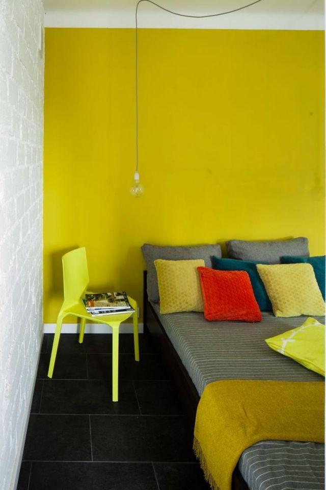 farbgestaltung-schlafzimmer-ideen-gelbgrun-akzentwand-schwarze