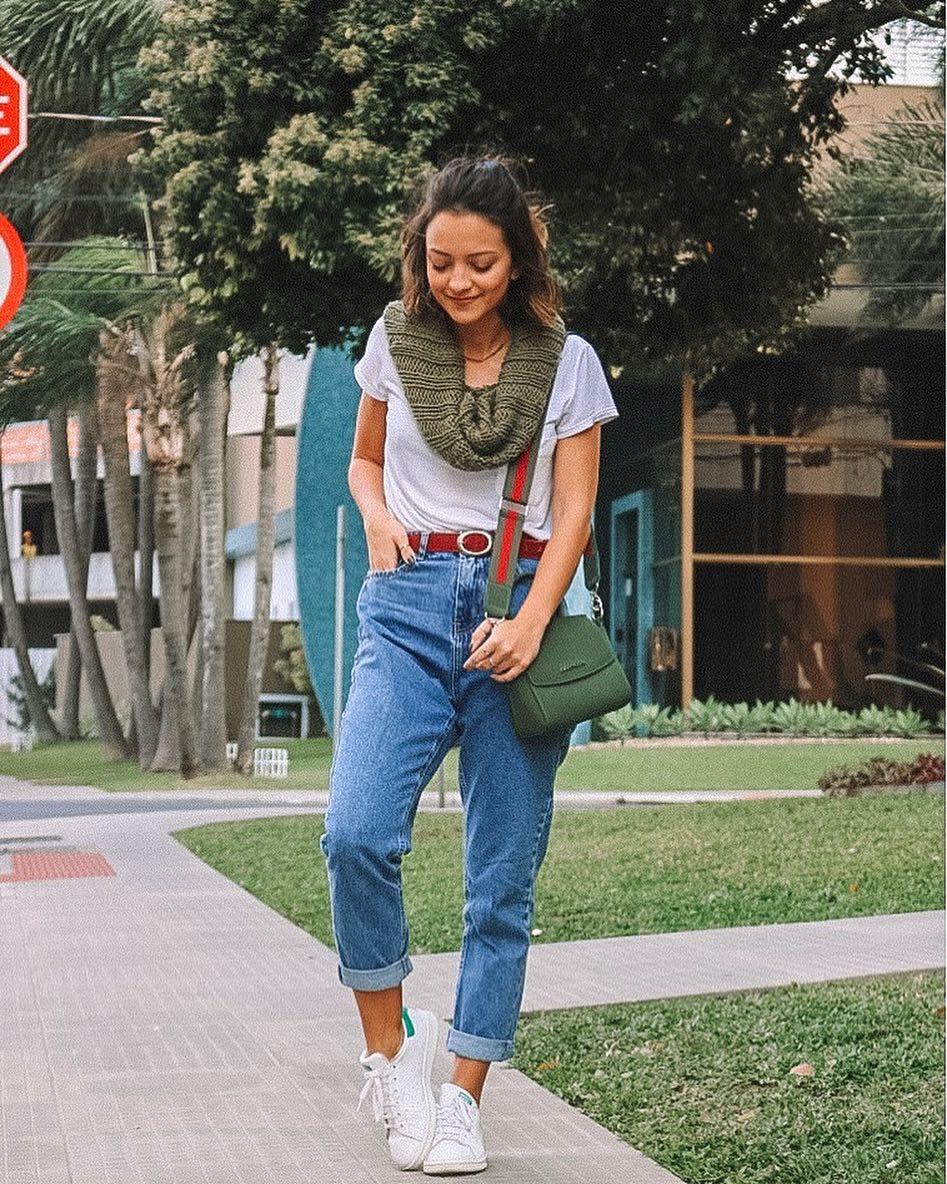 look básico de mom jeans, camiseta branca e tênis branco... com ...