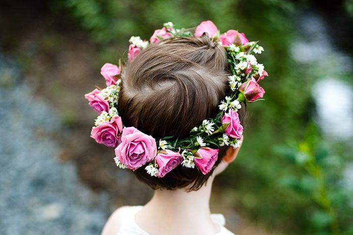 Einfach Total Suss Blumenkinder Auf Der Hochzeit So Macht Ihr Die Kleinen Glucklich Und Sorgt Garantiert Fur Entzuckung Blumenmadchen Frisuren Blumen Frisuren Hochzeit
