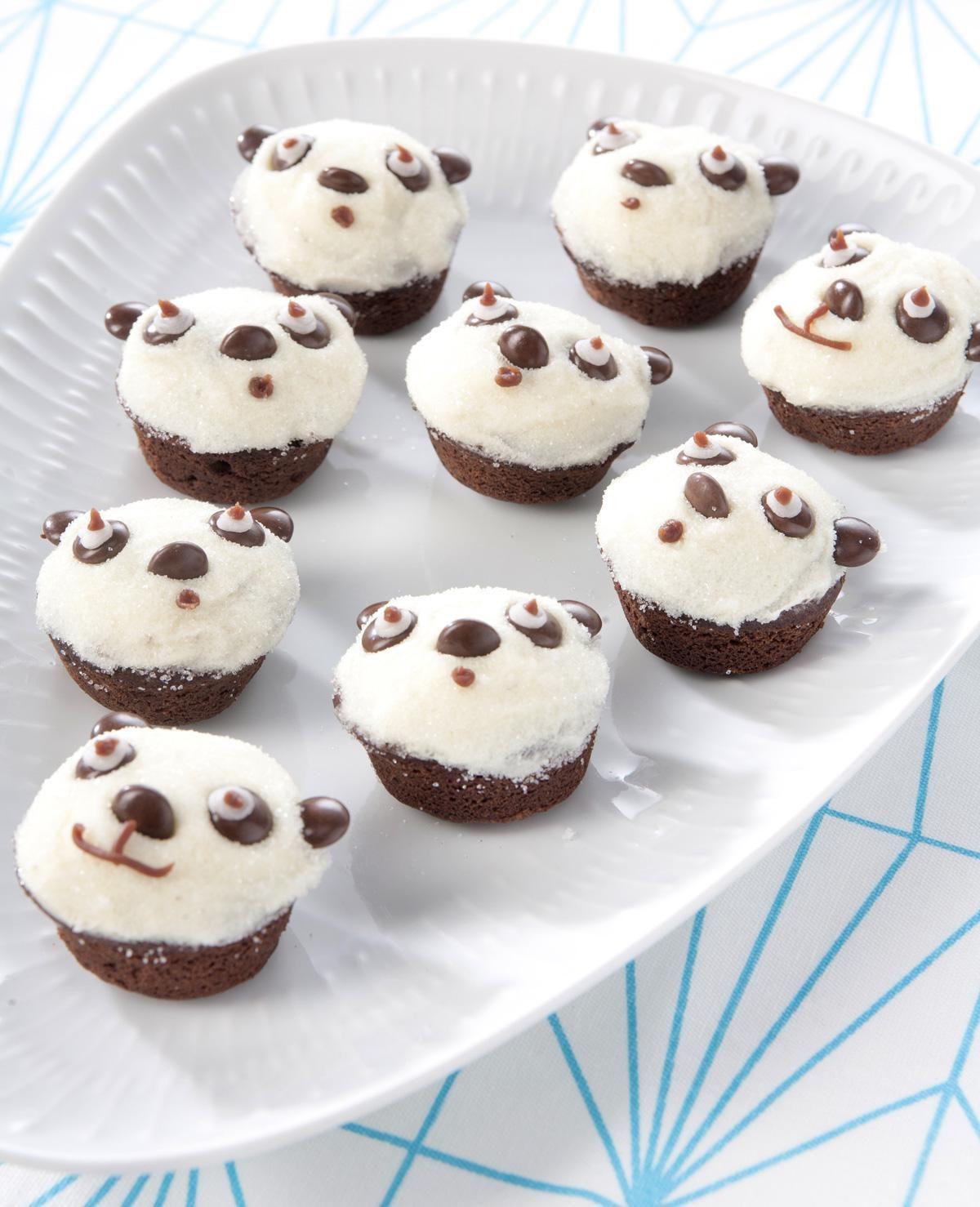 Op zoek naar een lekkere en leuke traktatie? Deze pandabeertjes, gemaakt van muffins en chocolade zijn een goed idee!