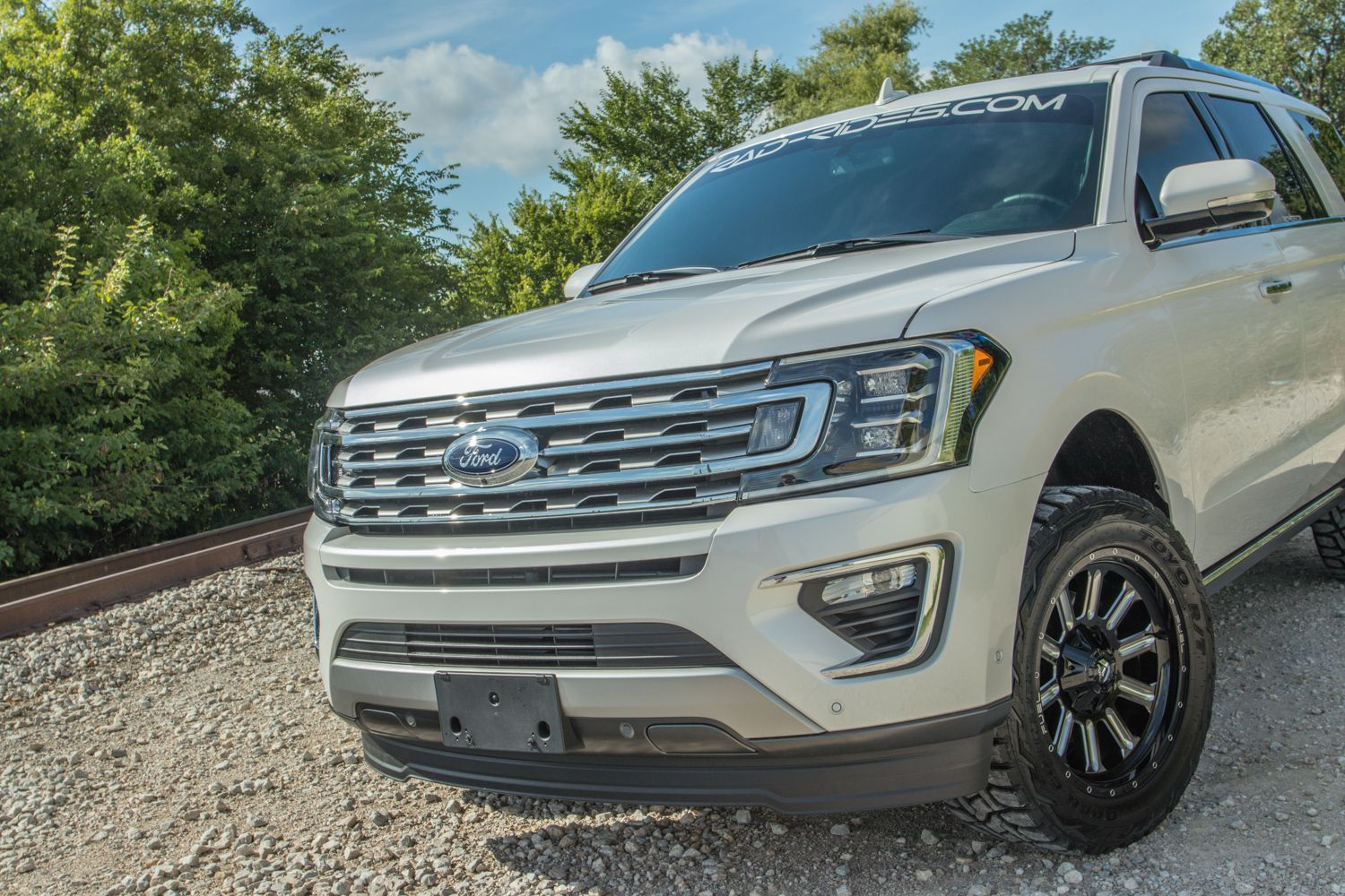 Lifted 2018 Ford Expedition New Suv With 20 Inch Fuel Wheels In White Platinum Metallic Tri Coat Ford Expedition Lifted Ford Explorer Ford