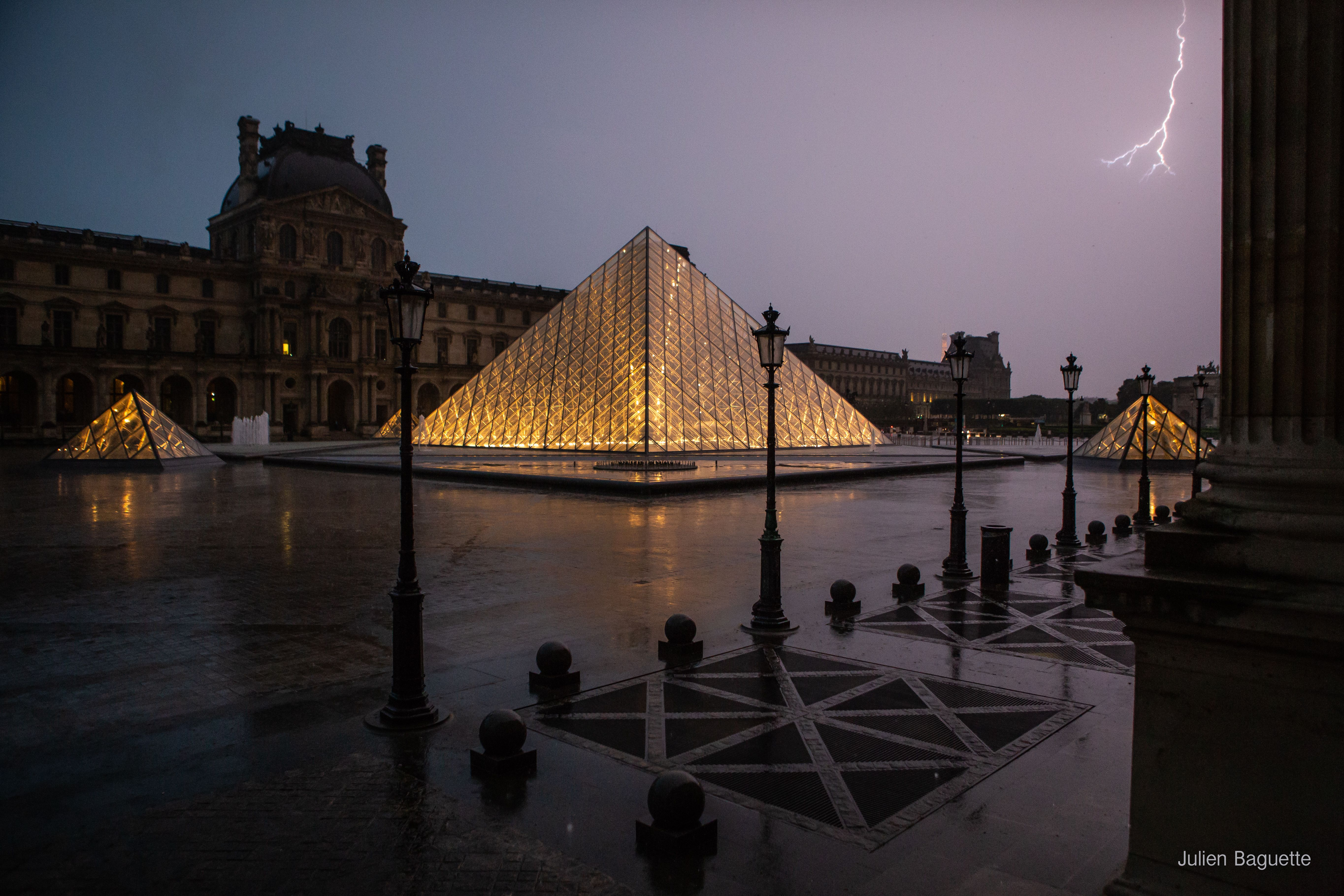 Paris Pyramide Du Louvre Paris La Nuit Orage Eclair Sur Le