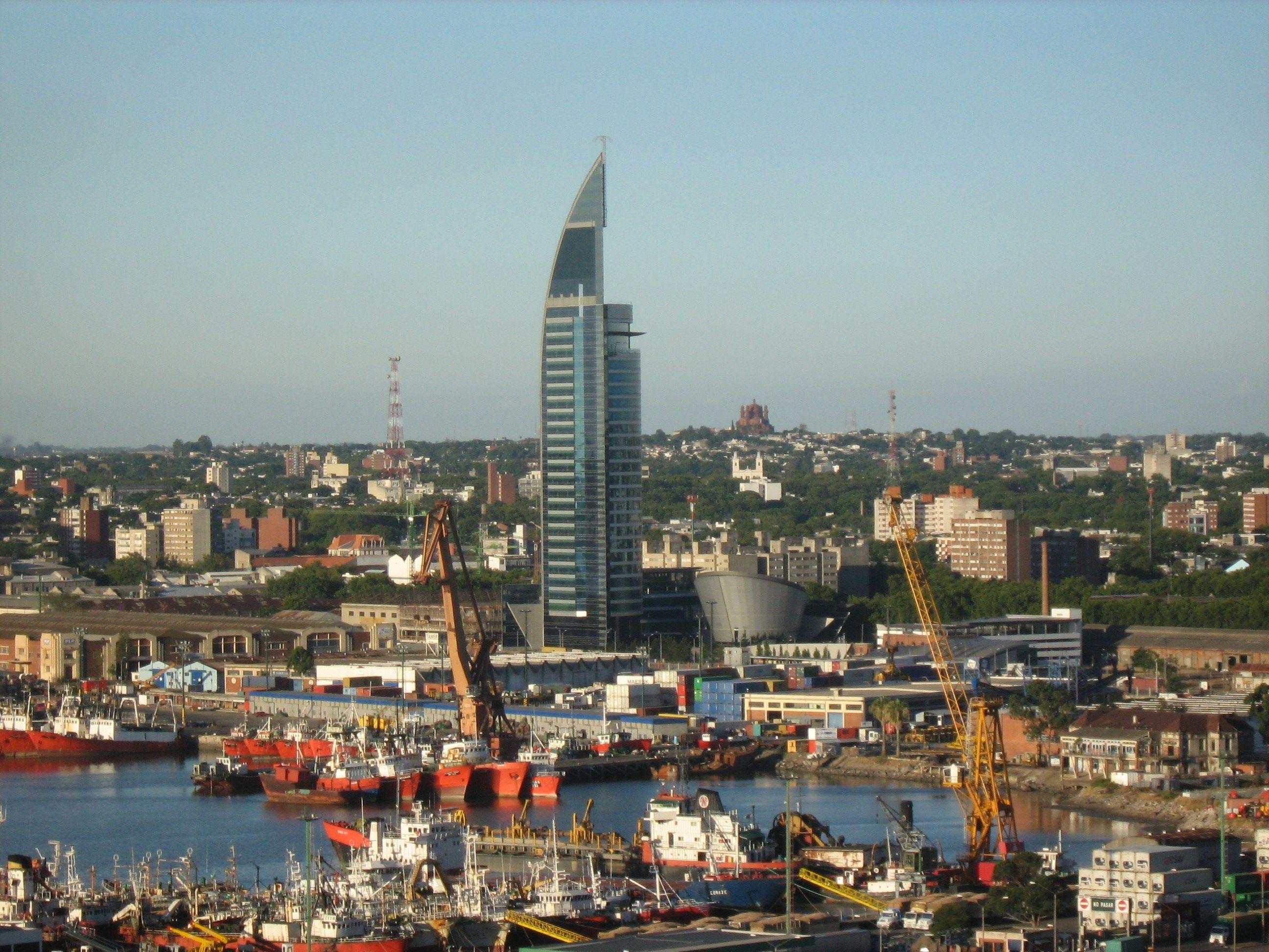 Espectacular el puerto de montevideo con la torre de las comunicaciones montevideo - Puerto de la torre ...