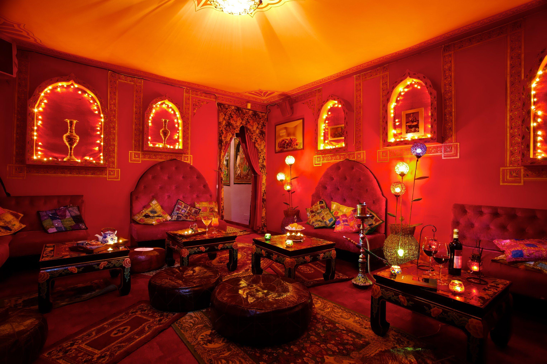 Salonul rosu de jos gazduieste 24 de persoane. Un numar ideal pentru o petrecere de milioane!