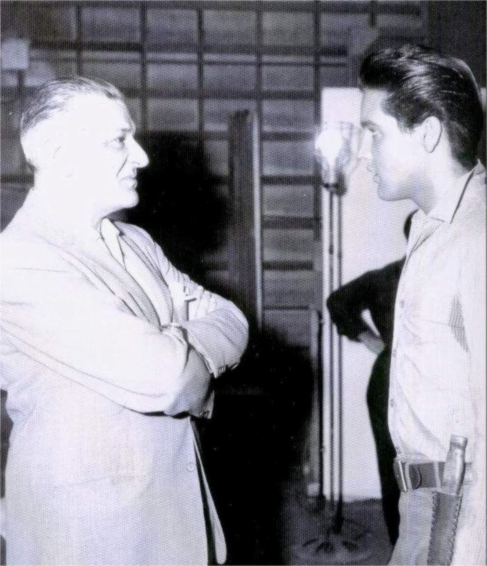 Elvis with an unknow person on the set of his movie Flaming Star in august 1960.
