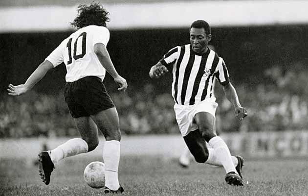 Pelé em ação num clássico Alvinegro em 1972, do outro lado o genial Rivellino