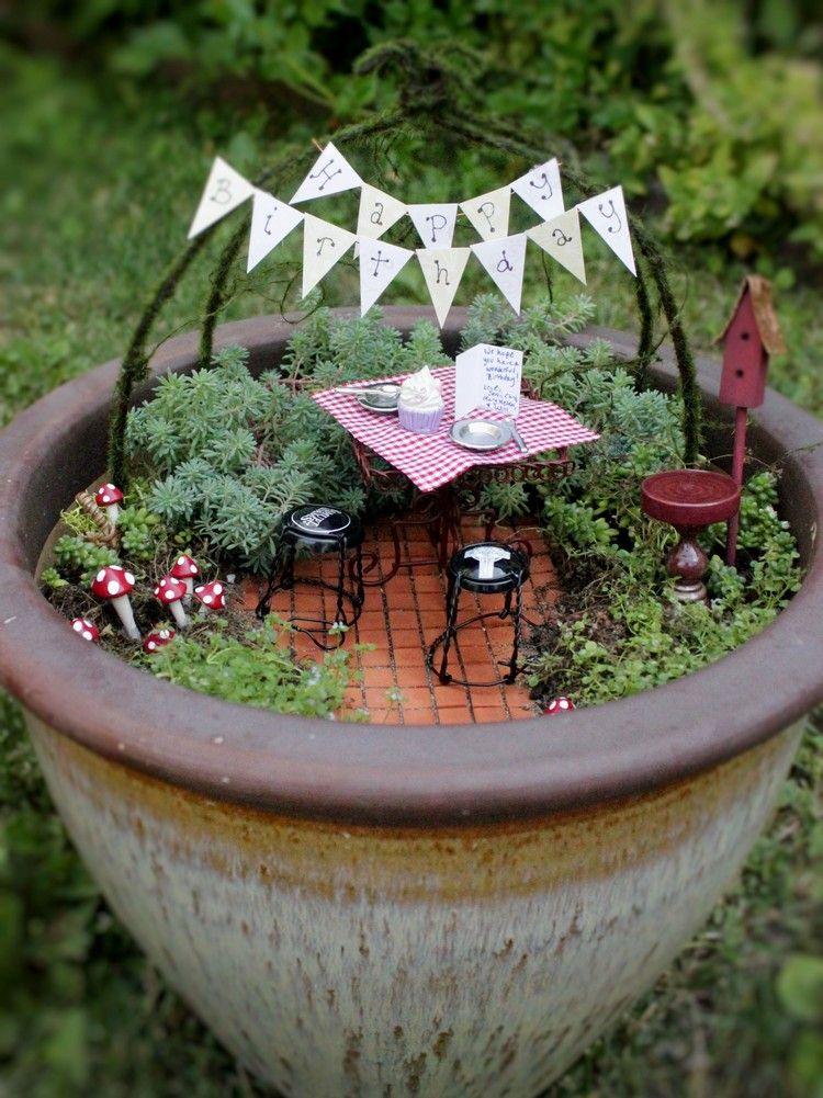 Miniatur Garten In Einem Pflanzkubel Als Originelle Geschenkidee Geschenk Garten Mini Garten Miniaturgarten