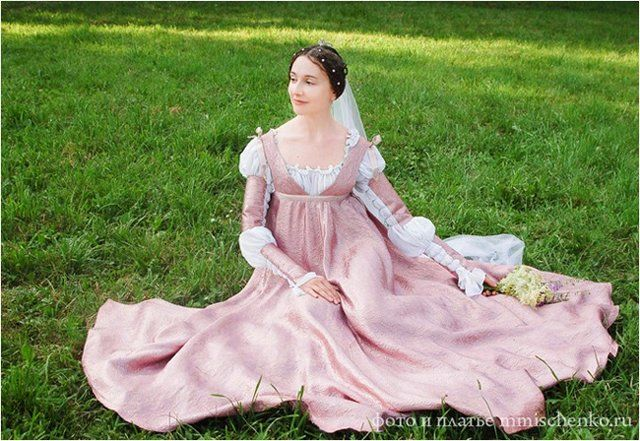 Lovely girl in beautiful dress | medieval | Renaissance gown