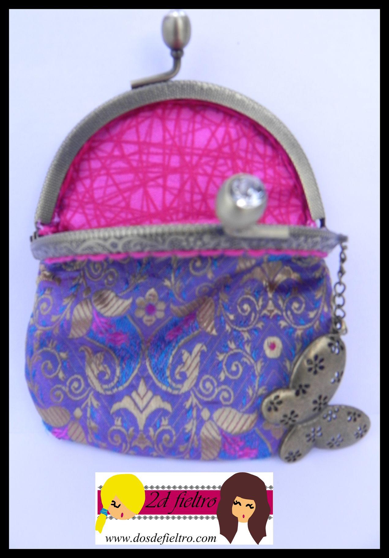 7aabec9fb monedero boquilla metalica redonda con adorno strass. Tela exterior de seda  tonos rosas, morados, azules y dorados. tela interior rosa y fucsia