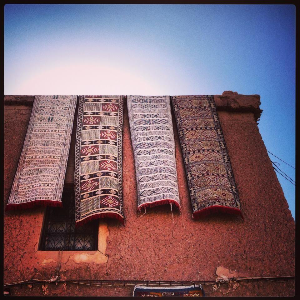 Marruecos, en la ruta del Alto Atlas    ..Salgo de la cueva de las alfombras, caminando, no volando como quisiera, para seguir el recorrido..  Mañana, si Dios quiere les sigo compartiendo!