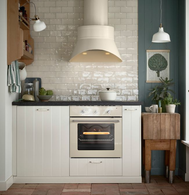 hotte aspirante et four beiges dans une cuisine blanc. Black Bedroom Furniture Sets. Home Design Ideas