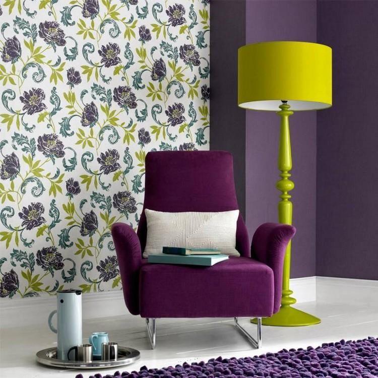 peindre sur du papier peint peinture violette papier peint motifs floraux fauteuil mauve. Black Bedroom Furniture Sets. Home Design Ideas