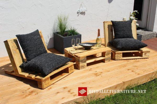 Chaises de jardin et petite table avec juste quelques europalettes ...