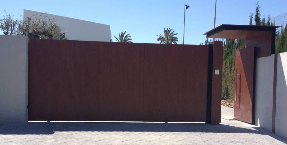 La entrada de tu chalet con una peque a puerta lateral a for Puertas correderas pequenas