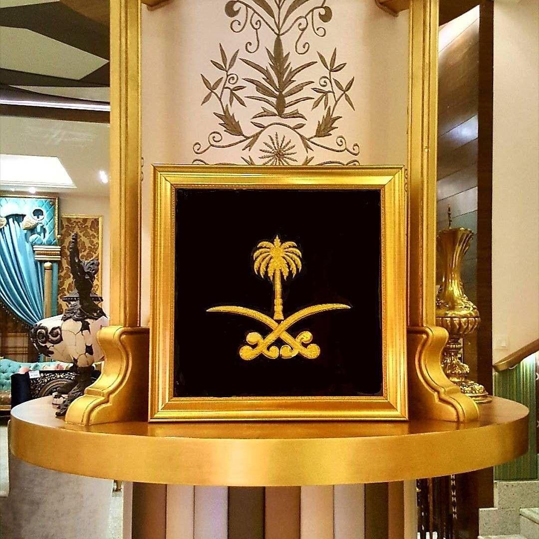 شعار المملكة العربية السعودية السيفين و النخلة تتشرف شركة شعار أن تعرض لكم سجادة الحائط المصنوعة يدويا بالهند Landscape Photography Home Decor Mantel Clock