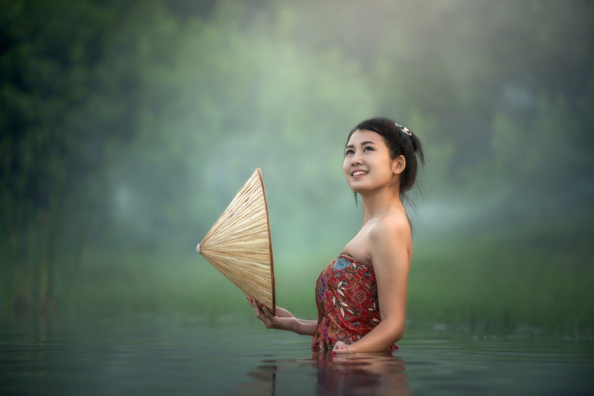 Indonesian beauty in the water | Women bathing, Flirting ...