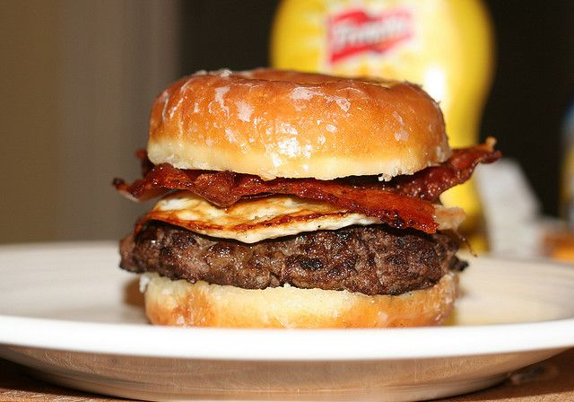 This is a hamburger with a fried egg and bacon. The bun is a donut, yes, a donut. I really want to try this, but maybe with a sausage patty.