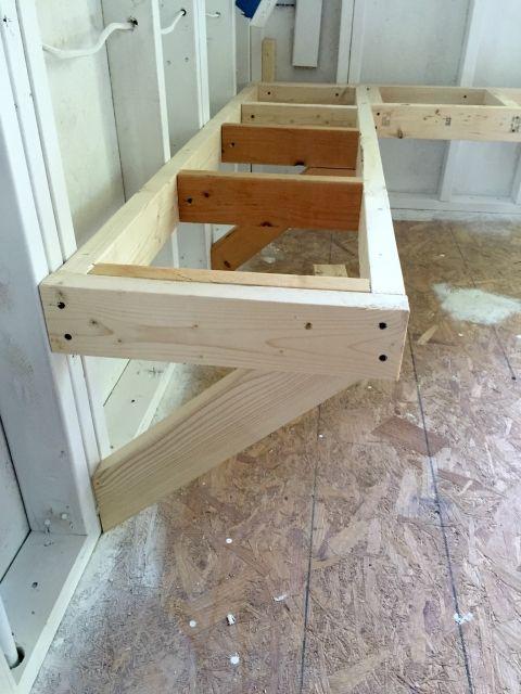 One Room Challenge Bench Building. Fastener pattern in 2x4 frame of workbench    CUARTO DE LAVADO