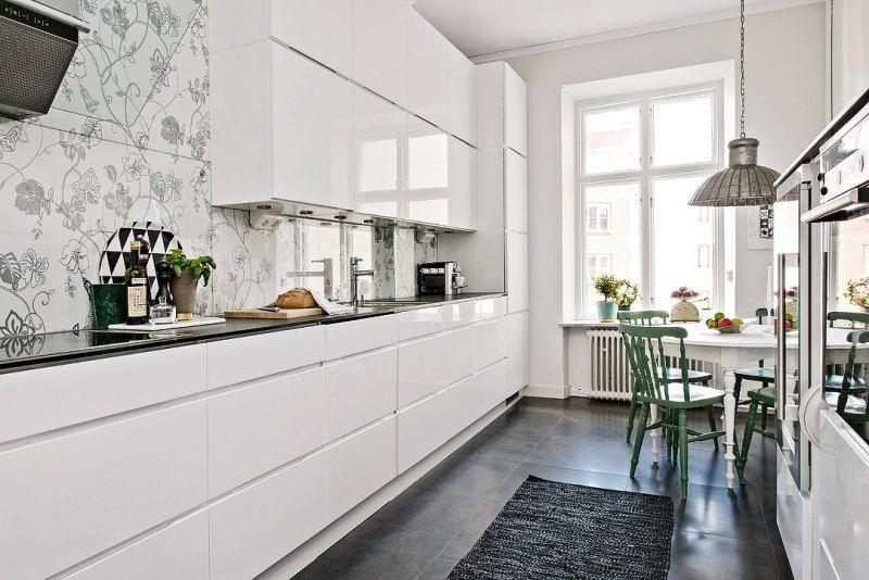 Moderne küche mit glas fliesen gestalten küche