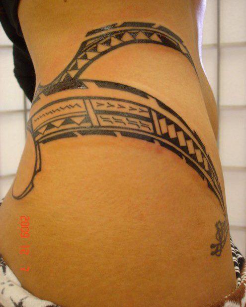 Tatouage sexy de bandes ou files de symboles polyn sien - Tatouage sur les cotes ...