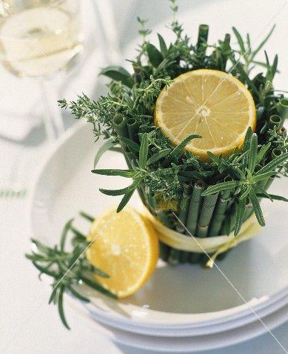 Zitrone Auf Krauter Bambus Gesteck Als Tischdeko Deko Pinterest