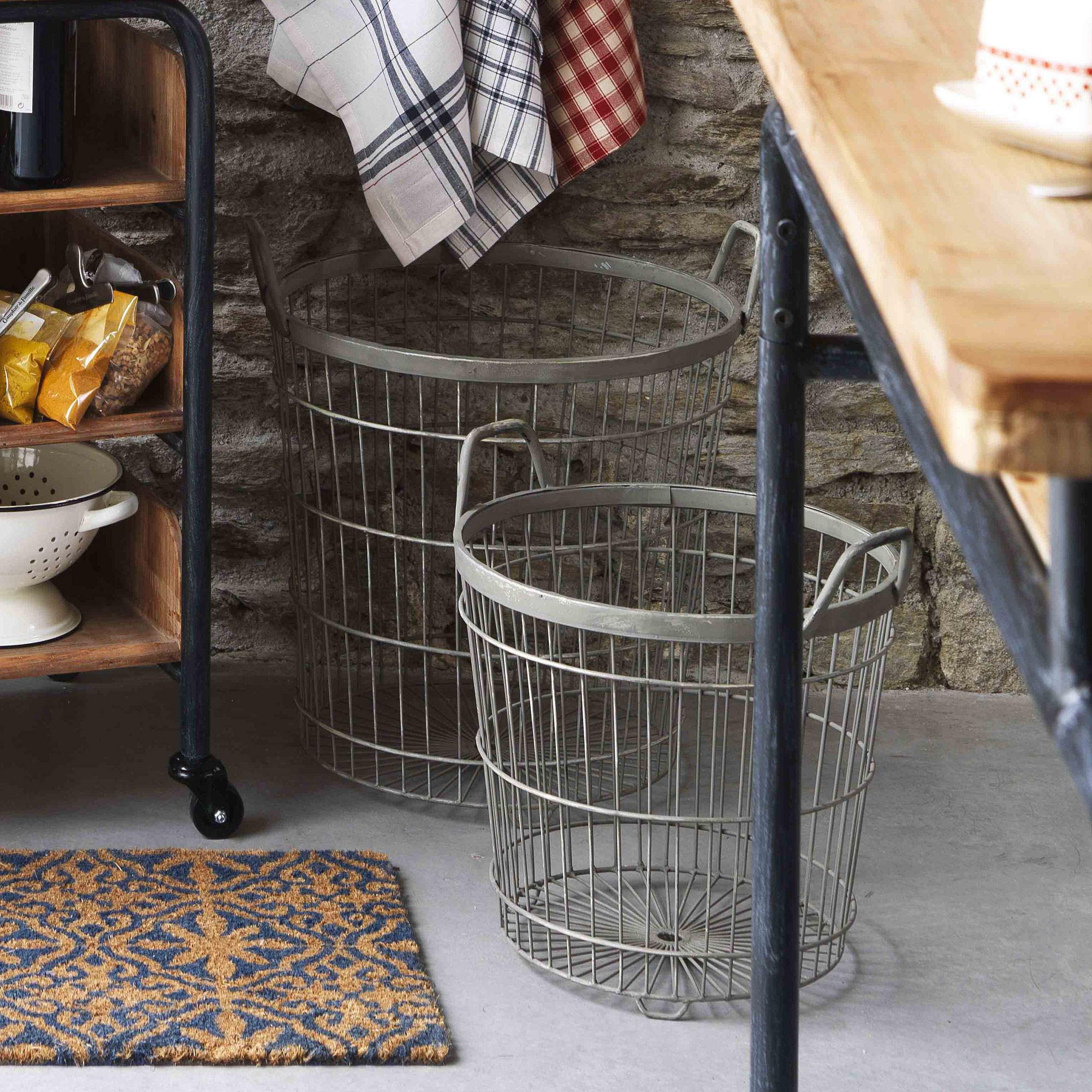 panier rond m tal grillag anses lot de 2 reserve par comptoir d comptoir de famille by. Black Bedroom Furniture Sets. Home Design Ideas