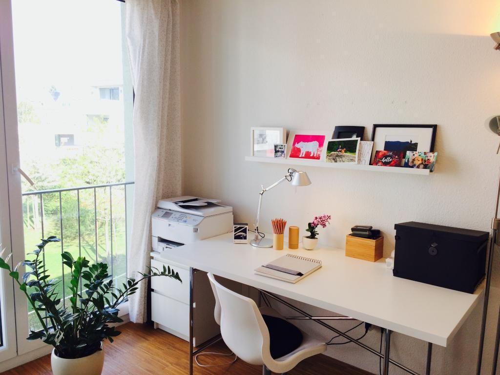 Ideen Arbeitszimmer ~ Schöner arbeitsplatz mit drucker und bodentiefem fenster für viel