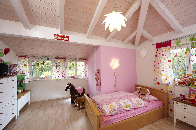 Ein traum in rosa helles und gro z giges kinderzimmer mit - Kinderzimmer holzhaus ...