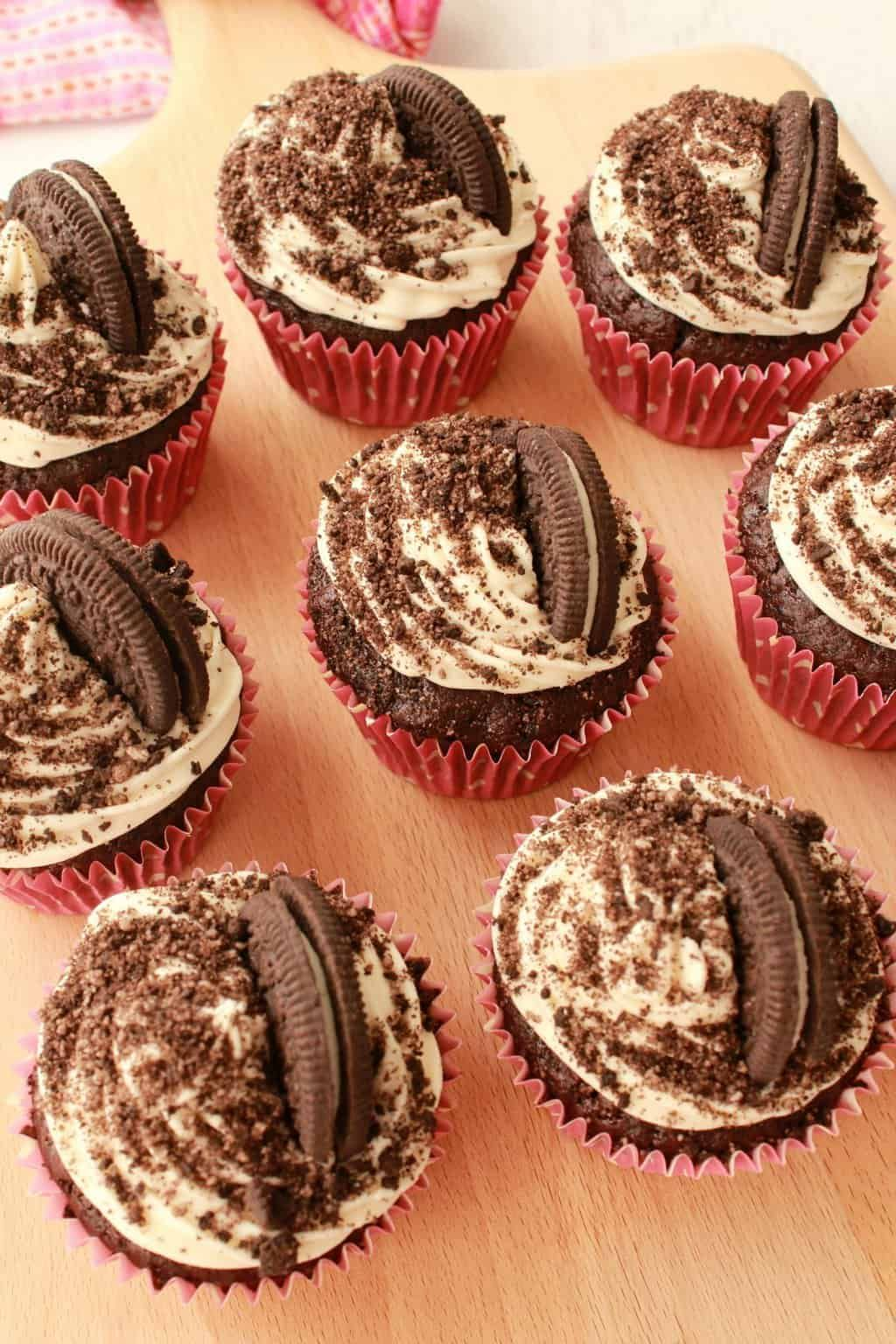 Rich And Moist Vegan Oreo Cupcakes With Vanilla Frosting Oreo Sprinkles And An Entire Oreo Cookie Baked Into The Oreo Cupcakes Dessert Recipies Sweet Cookies