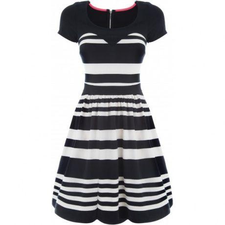 Die zweifarbige gestreiften Kleid mit ausgestelltem Boden ...