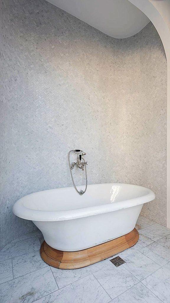 A serene bathtub alcove in Taylor Swift's temporary New York City apartment is our lifelong bathroom goals.