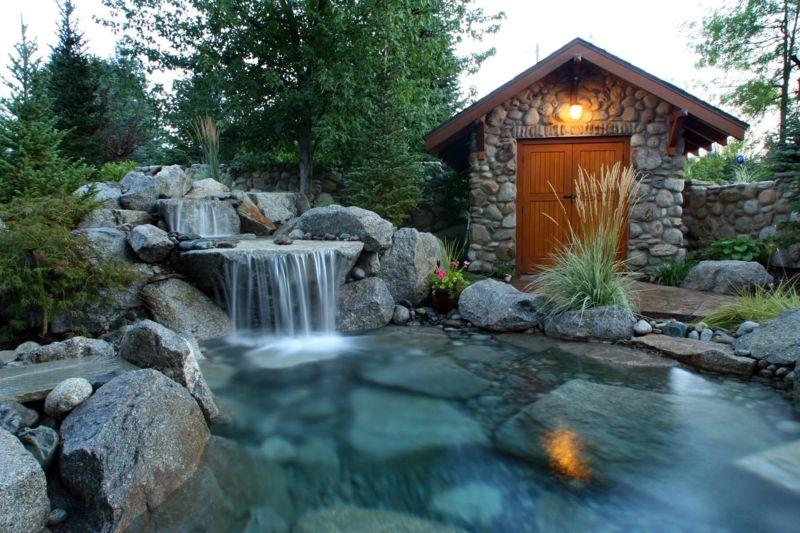 Wasserfall-Bachlauf-Gartenhaus-Flusssteine-Naturlook-selber-bauen - wasserfall selber bauen