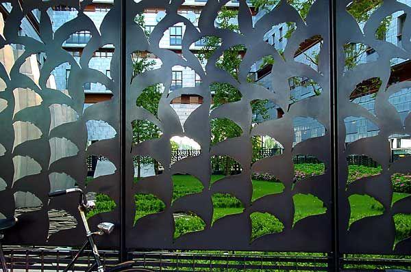 Sphinx: placa de acero con diseño de hojas de Ginkgo (foto Cor Kwant)