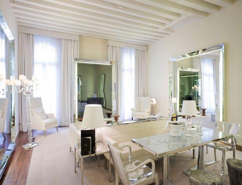 Wohnzimmer mit Spiegeln mit LED-Beleuchtung und Ledersitzgruppe - designermobel einrichtung hotel venedig