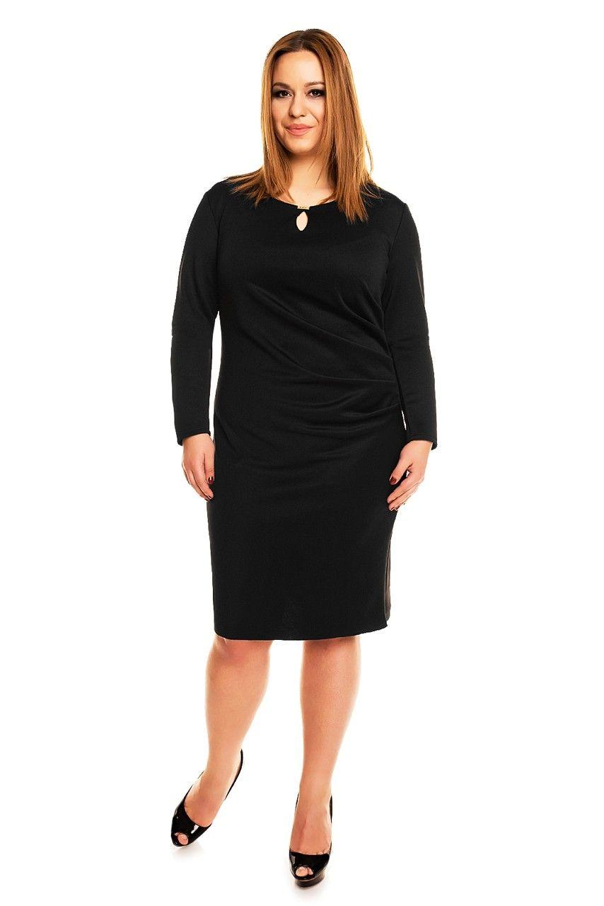 5a1664f98fb0 Čierne koktejlové šaty pre moletky s riasením na boku a slzičkou vo  výstrihu. Strih šiat