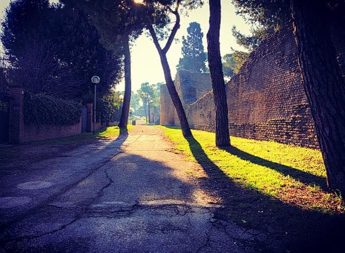 Lungo le mura Romane che cingono la città
