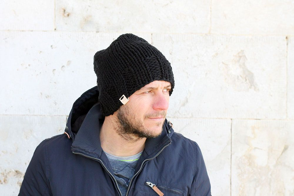 c067b18fdd3 Beanie hat knitting pattern - Make this simple beanie for yourself or your  man with this free hat knitting pattern. Great for any beginner knitters!