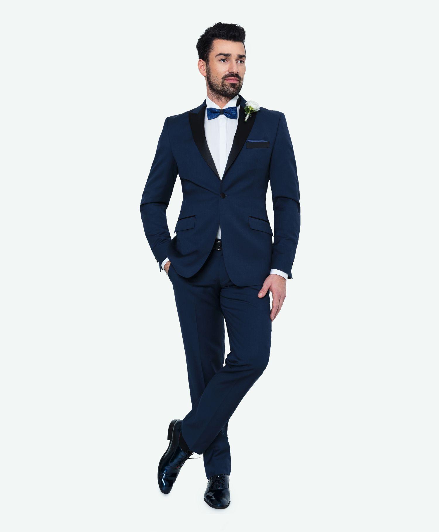 2ec865f6f47a2 Kolekcja ślubna Giacomo Conti: niebieski taliowany garnitur na ślub z  marynarką w stylu smokingowym z czarnymi klapami (dostępny w opcji  dekompletowania ...