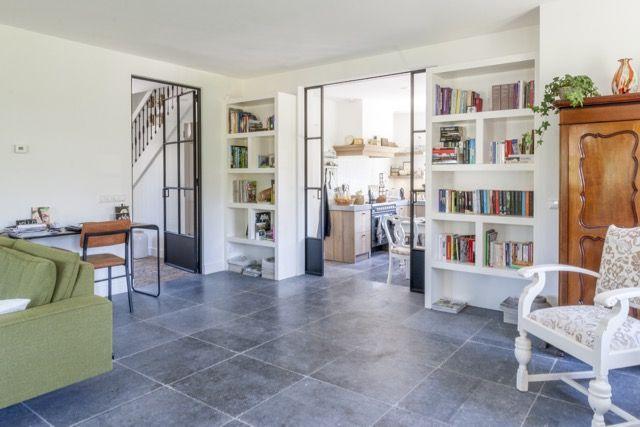 Woning met natuursteen tegels belgisch hardsteen getrommeld