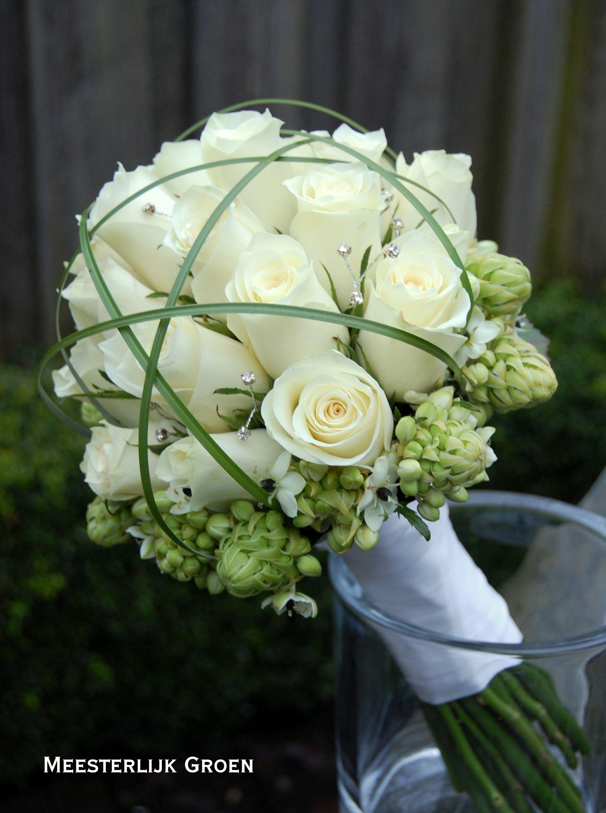 Hand gebonden Biedermeier bruidsboeket met witte rozen, Ornithogalum, berengras en strass decoratie. www.meesterlijkgroen.nl #fallbridalbouquets