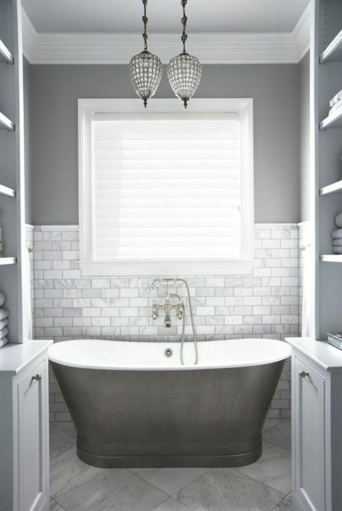 peinture gris perle salle de bains sophistique avec carrelage mural en gris nacre et deux luminaires - Peinture Salle De Bain Gris Perle