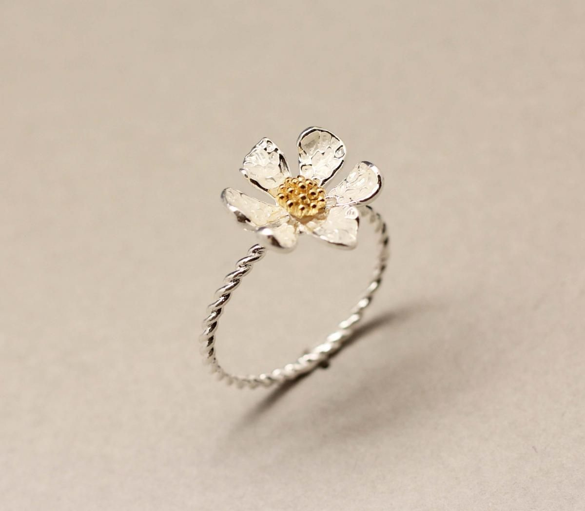 Danity white daisy flower ring on luulla for kelly pinterest danity white daisy flower ring izmirmasajfo Image collections