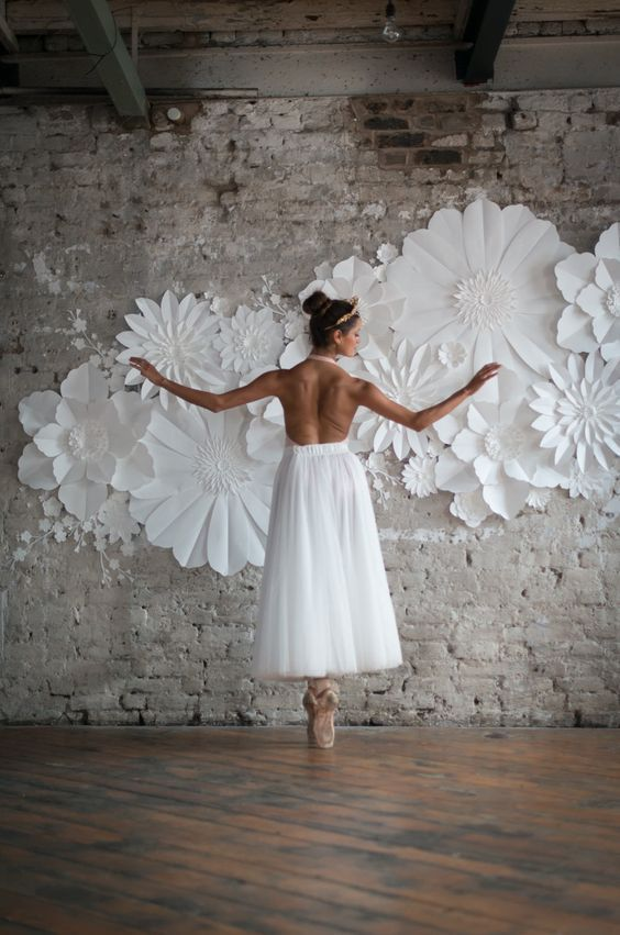 60+ How To Use Giant Paper Flowers At Your Wedding 44 #giantpaperflowers