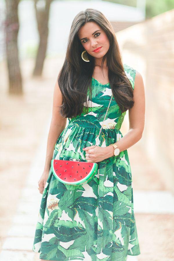 563cacc6c535 Tropical look lady dress vestido con estampado de hojas tropicales bolso  con forma de sandía watermelon clutch bag sandalias leopardo Barbara Bui  wedges ...